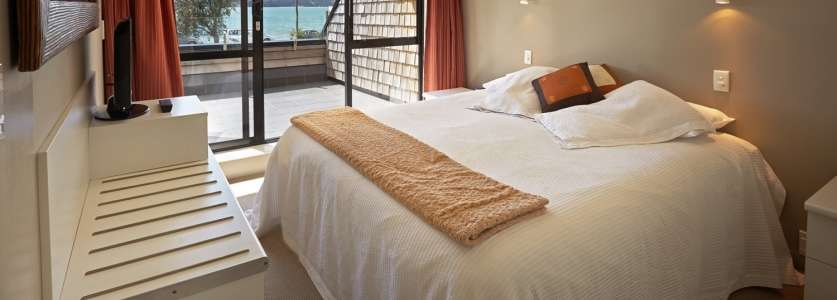 pioneer-apartments-waterfront-mid-level-king-bedroom