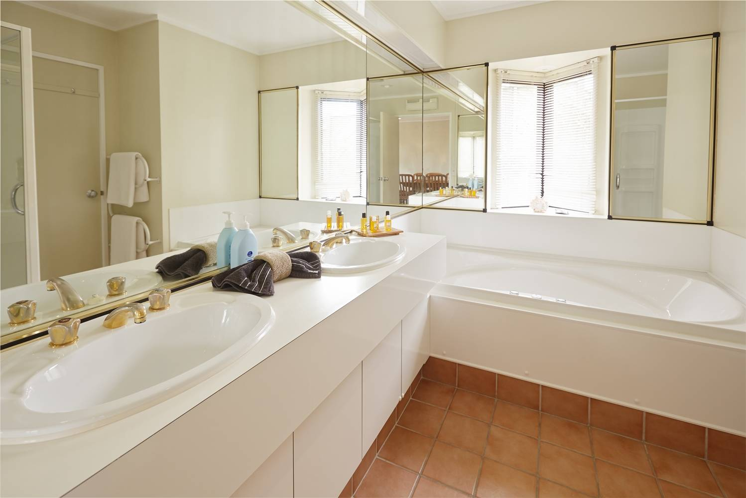 pioneer-apartments-paihia-pool-view-garden-level-bathroom.jpg