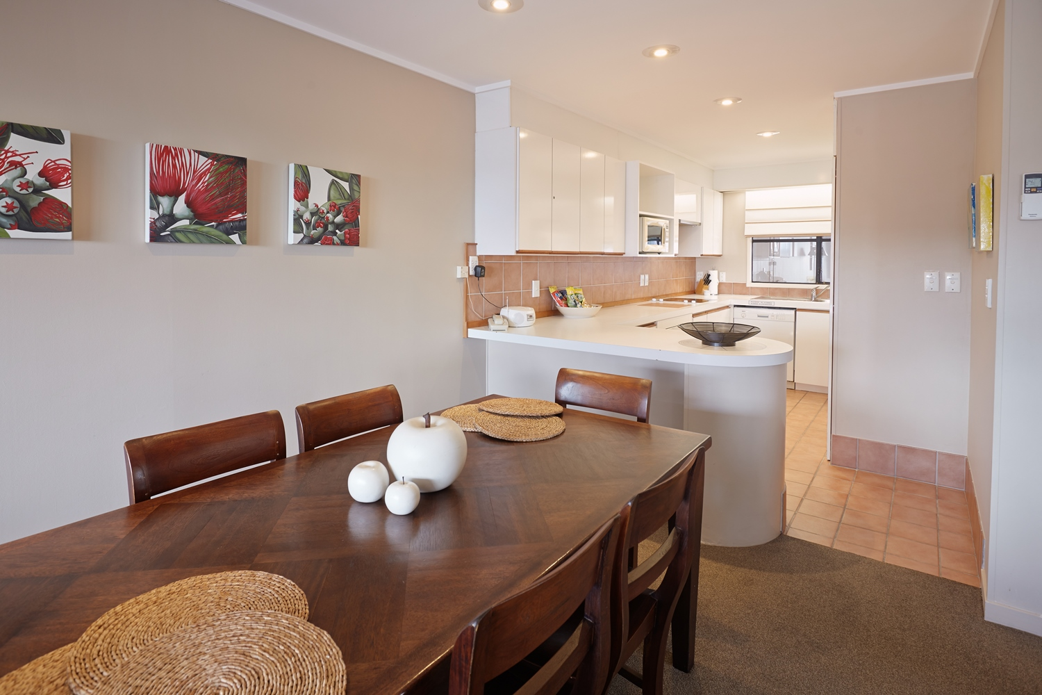 pioneer-apartments-paihia-accommodation-open-plan-living.jpg