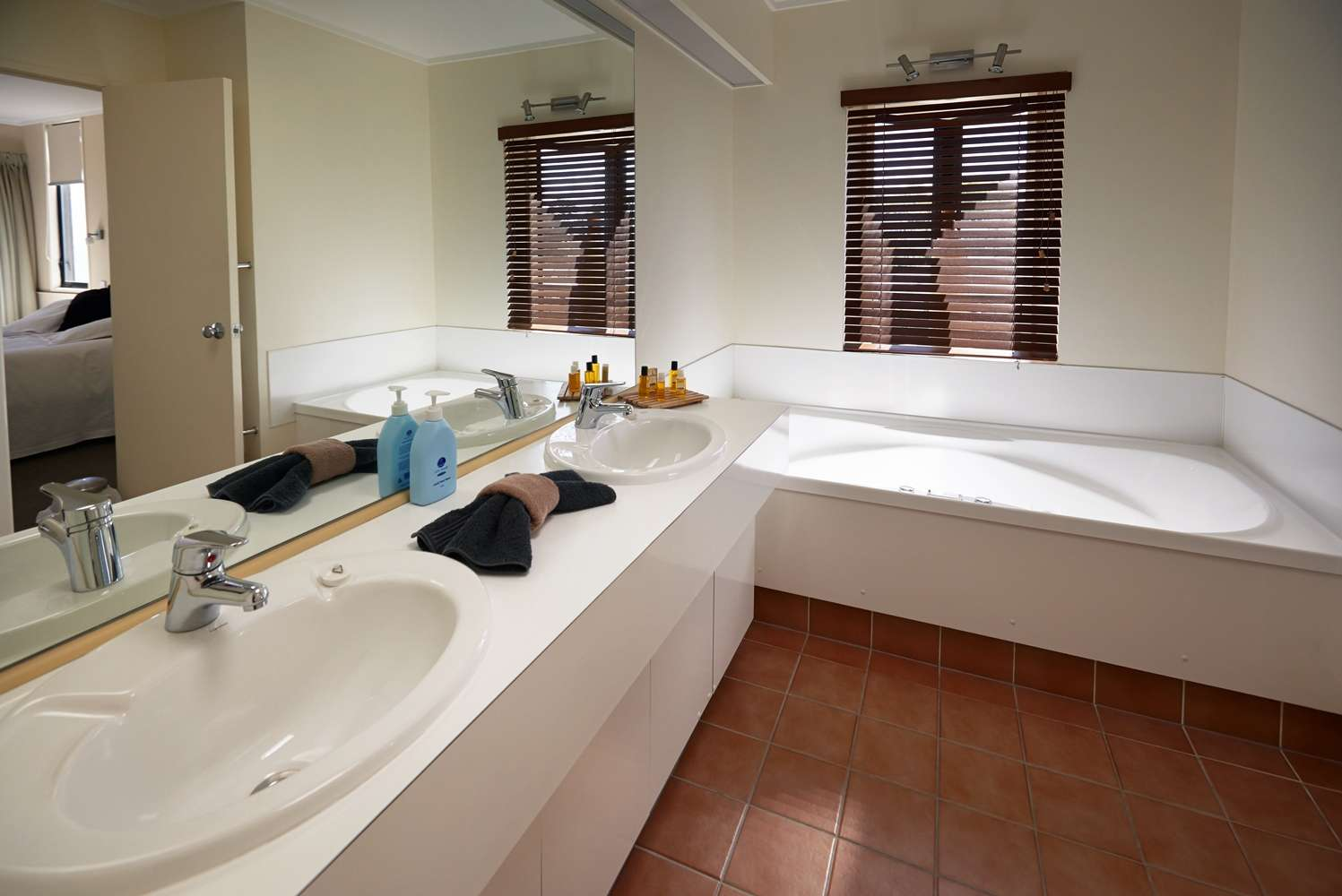 pioneer-apartments-waterfront-penthouse-twin-accommodation-bathroom.jpg