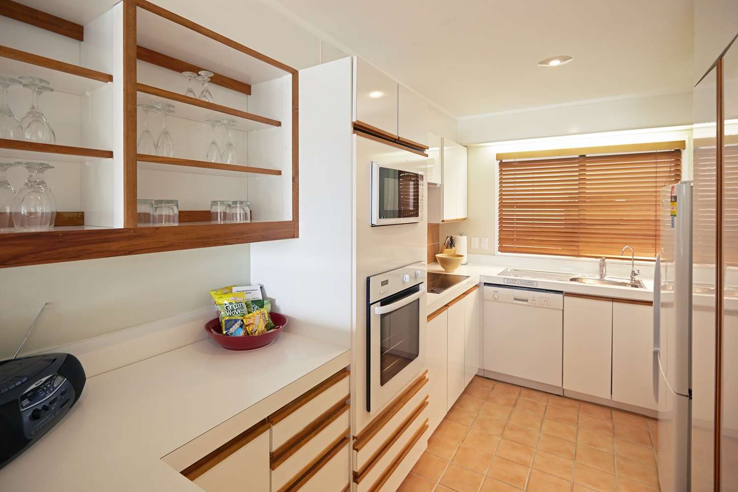 pioneer-apartments-waterfront-mid-level-fully-self-catered-kitchen.jpg